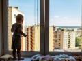 Полиция предупреждает родителей об опасности выпадения детей из окон